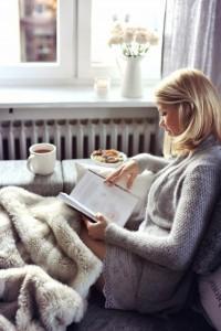 1-plaid-fausse-fourrure-pas-cher-pour-le-canape-dans-le-salon-moderne-une-femme-qui-lit-un-livre