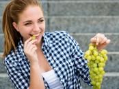 femme-mange-raisin-blanc