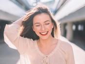 femme-sourire-beaux-cheveux-soleil-ville